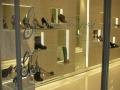 negozio-di-calzature-a-milano-piani-in-cristallo-temeperato